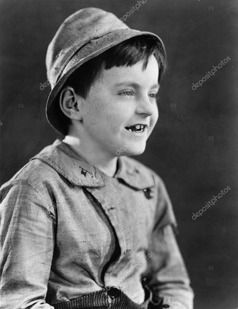 Portrait of a boy in a hat and grinning — Stok fotoğraf #12294676