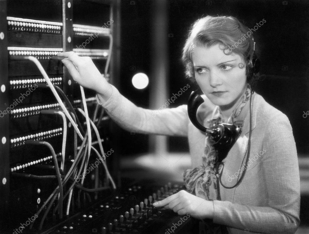 作为电话接线员工作的年轻女子