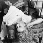 女人撑躺椅抽着烟 — 图库照片