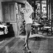 Woman dancing in her living room — Stockfoto