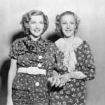 due giovani donne in piedi insieme e mano nella mano — Foto Stock