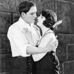 Молодая пара, обнимая друг друга — Стоковое фото
