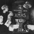 Woman reading sign with number of shopping days until Christmas — Stockfoto
