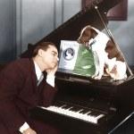 人与狗的钢琴睡着了 — 图库照片