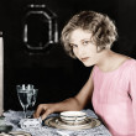 kvinna sitter vid matbordet — Stockfoto