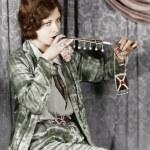 Junge Frau Rauchen einer Zigarette mit einer Zigarette-Erweiterung — Stockfoto