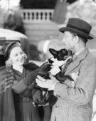Man och kvinna med en liten hund — Stockfoto