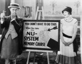 Mujer mirando a hombre considerado con una cuerda atada a su dedo — Foto de Stock