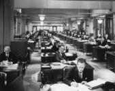 Zwoegende in het kantoor — Stockfoto