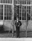Adam kafasına şapka yığını ile ayakta — Stok fotoğraf