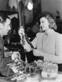 красивая молодая женщина, покупая галстук в магазин — Стоковое фото