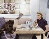 γυναίκα τρώει γεύμα στο τραπέζι με live τουρκία — Φωτογραφία Αρχείου
