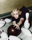 Woman having bowling accident — Stockfoto