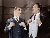 Två män röker cigarrer — Stockfoto