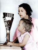 Bebê e mãe com microfone de rádio — Fotografia Stock