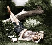 Kvinna liggande på marken och leende — Stockfoto