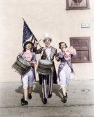 Marching band, die in einer parade mit eine amerikanische flagge durchführen — Stockfoto
