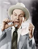 Mann mit einer briefmarke, die fest auf seine zunge — Stockfoto