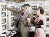 Man serving a dish to a woman in a Automat — Fotografia Stock
