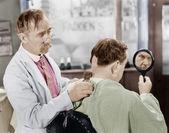 Holič holení z příliš mnoho vlasy — Stock fotografie