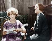 两个妇女坐在一起工作 — 图库照片