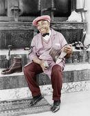 Hombre de lustrador de zapatos de trabajo y sonriendo — Foto de Stock