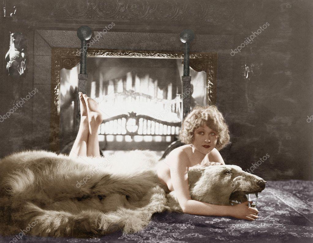 tappeto per camino : Ritratto di donna sul tappeto orso con camino ? Foto Stock #12302497