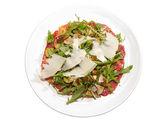 Carpaccio mit schinken, pilzen, ruccola und käse — Stockfoto