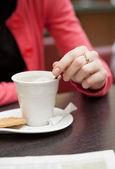 Frau mit kaffee, zeitung lesen — Stockfoto