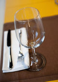 Cara mesa no restaurante, dof raso — Fotografia Stock