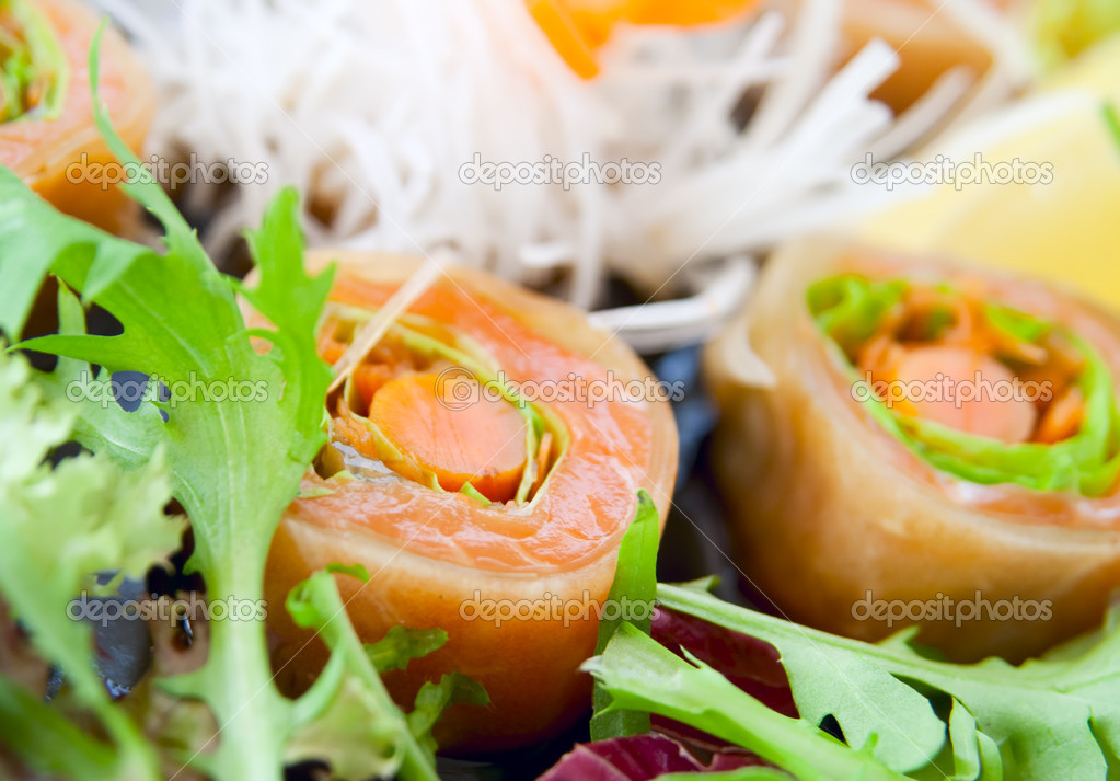 Salmon sushi with salad, closeup — Stock Photo #12208613