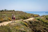 Två kvinnor vandring — Stockfoto
