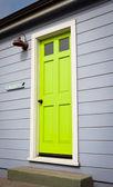 Jasne zielone drzwi — Zdjęcie stockowe
