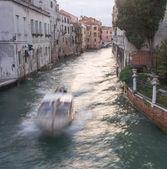 Motorboot in venetië canal — Stockfoto
