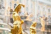 Fuentes de la gran cascada de peterhof palacio, san petersburgo, rusia. — Foto de Stock