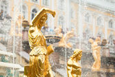 Grand kaskádové fontány v peterhof palác, st. petersburg, rusko. — Stock fotografie