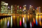 一个视图新加坡商务区的晚上时间与水的几点思考. — 图库照片