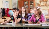 školáci v učebně během vyučování
