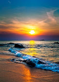 Barevný západ slunce nad mořem