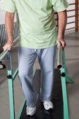 Ritratto di uomo anziano avendo la terapia ambulatoria