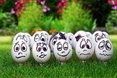 Uova bianche e molte facce buffe, primavera ed emozioni