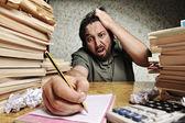 účetní problémy. sám pracoval v úřadu se spoustou knih kolem na chaotický stůl. křičet a křičet na špatné výsledky