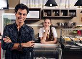 Majitel kavárny a servírka