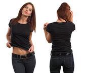 Sexy žena na sobě prázdné černé tričko