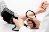Studio di misurazione della pressione sanguigna girato su sfondo bianco