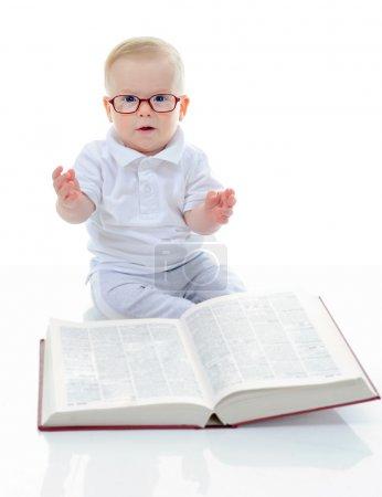 小男孩读大书
