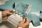 Itálie, Neapol, kráva kůže vzorku na barvu testu v továrně na kůže
