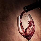 Sklenice na červené víno a láhev