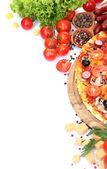 Vynikající pizza, zelenina a salám izolovaných na bílém
