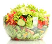 Zeleninový salát v průhledné misce izolovaných na bílém